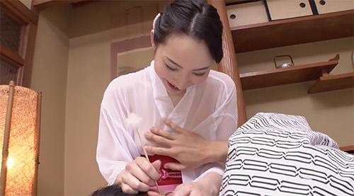 癒やし系風俗嬢がとても良く似合う吉岡蓮美がスケスケ衣装で膝枕耳かき